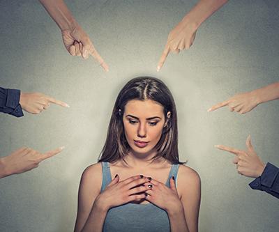 internalizedmisogyny-woman-fingers-pointed-400x333